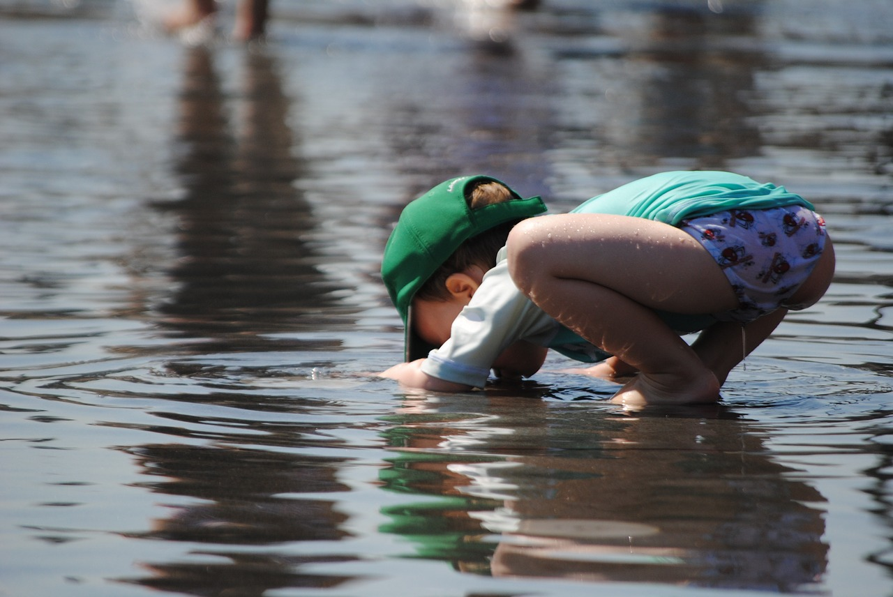 child-playing-in-water-885298_1280